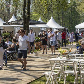Sfeerbeeld van de kopende bezoekers op lifestylebeurs Exclusive Spring Fair