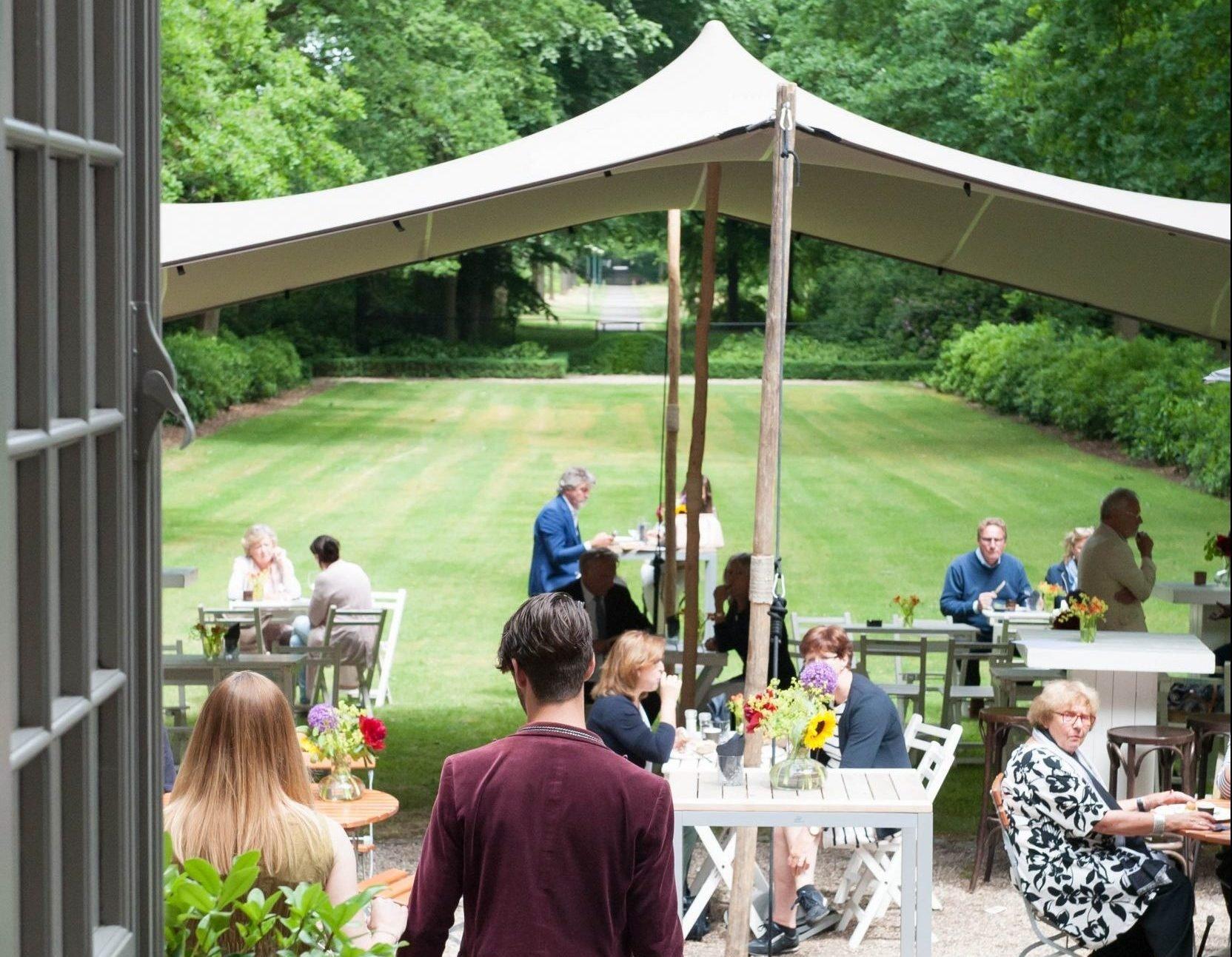 Lunchen in de tuin bij Het Juweel Sparrendaal in Driebergen