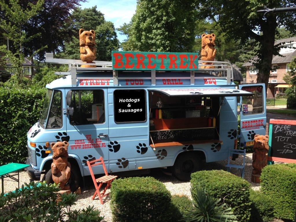 Beretrek foodtruck met hotdogs tijdens Exclusive Spring Faireerlijke