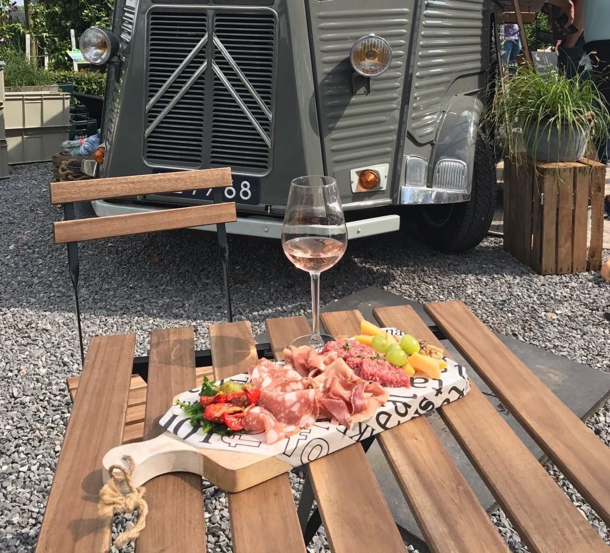 Foodtruck verzorgt op het terras van Exclusive Spring Fair een mooi assortiment kwaliteitswijnen en culinaire kleine hapjes